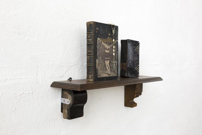 Livres, chapelet, socle, prothèse. Centre Culturel de Marchin, Grand-Marchin. Mai 2016. Photographie: Jacky Lecouturier