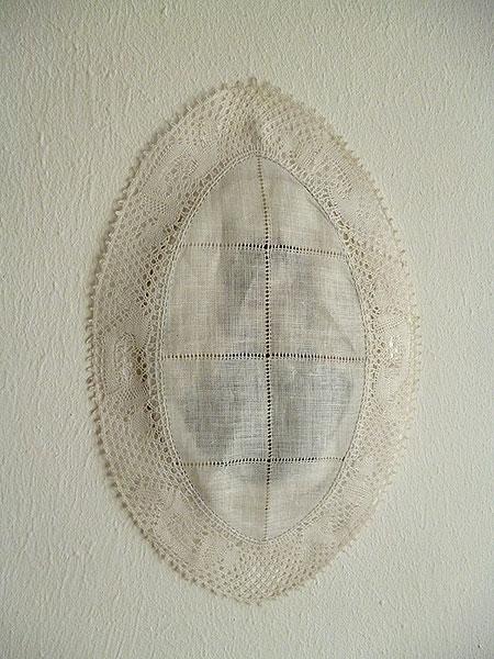 Photo porcelaine, dentelle de Bruges. Metacognitive Artefacts, Galerie Nadine Feront, Bruxelles. Décembre 2013 - Janvier 2014. Photographie: Emmanuel Dundic