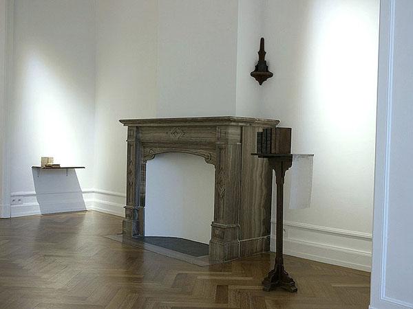 Livres, étagères, pupitre, dentelle de Bruges. Metacognitive Artefacts, Galerie Nadine Feront, Bruxelles. Décembre 2013 - Janvier 2014. Photographie: Hadelin Feront