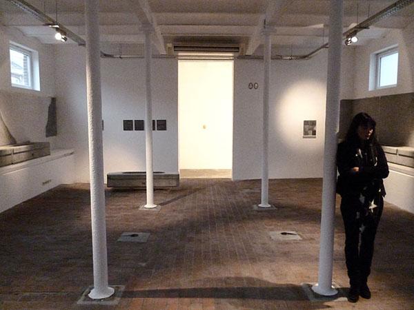 Vue partielle de l'installation. Bureau d'architecture Anne Courtois, Liège. Novembre - Décembre 2012. Photographie: Emmanuel Dundic