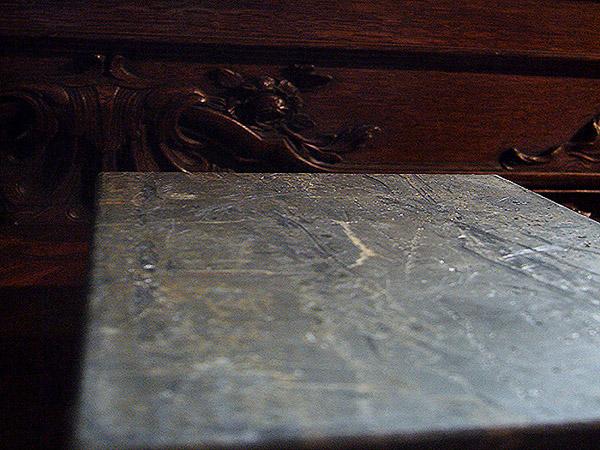 Bloc de plomb. Bazart Office, Foreign Affairs, Musée d'Ansembourg, exposition collective, Liège. Décembre 2010 - Janvier 2011. Photographie: Emmanuel Dundic