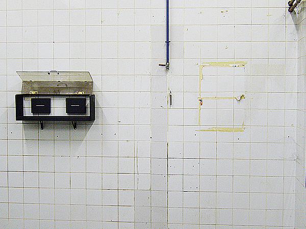 Coffret, deux Blocs. Ancienne fabrique de cigarillos Jubilé-TAF. Où vous sentez-vous chez vous, Exposition collective, Liège. Novembre 2007. Photographie: Daniel Dutrieux