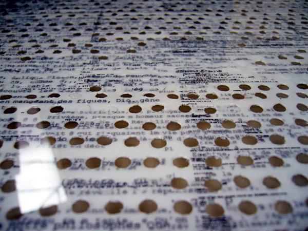 Impression sur polyester, carottages. Galerie Flux, Liège, 2007. Photographie: Emmanuel Dundic