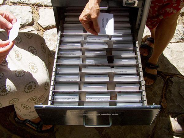 """Bureau à ciel ouvert. Détail. SERRA DA LUA – exposition collective, """"Parc da Liberdade"""" Sintra (Portugal). Juillet - septembre 2004. Photographie: Emmanuel Dundic"""