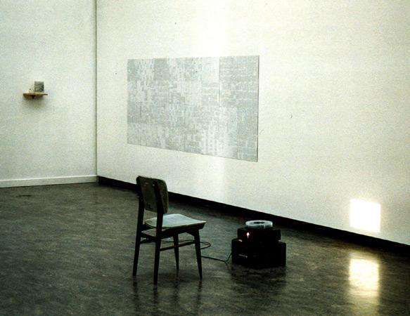 Chaise, projection aphorismes, mur littéraire, console. Forum für Kunst und Kultur Herzogenrath, ASEAG Energie GmbH, Herzogenrath (DE). 2001. Photographie: Emmanuel Dundic