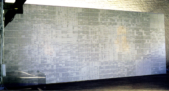 Mur littéraire. Logiciel reconnaissance graphique OCR, papier perforé, 20 480 miroirs. 240 x 740 cm. L'algèbre d'Ariane, Exposition collective, Espace Les Brasseurs, Liège et Maisonneuve-Hochelaga, Montréal (CA). Février 2000. Photographie: Dominique Tricnaux