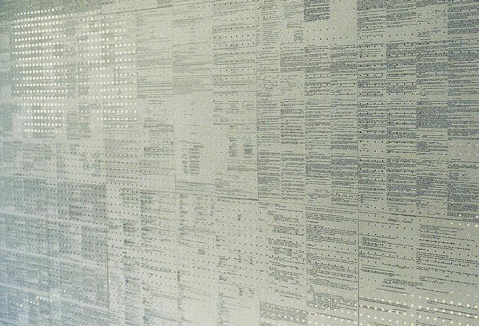 Mur littéraire. Détail. Logiciel reconnaissance graphique OCR, papier perforé, 20 480 miroirs. 240 x 740 cm. L'algèbre d'Ariane, Exposition collective, Espace Les Brasseurs, Liège et Maisonneuve-Hochelaga, Montréal (CA). Février 2000. Photographie: Dominique Tricnaux
