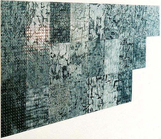 Journaux de bourse, acrylique, acide, perforations, feuille miroir. 160 x 240 cm. Galerie de Condé, Spa. 1999. Photographie: Dominique Tricnaux