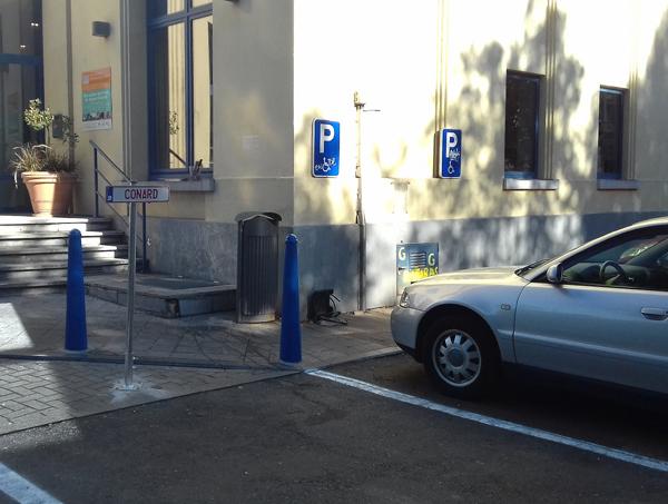Visible au parking du Centre Culturel de Huy le 11/09/2018. Installation CENSURÉE par les autorités communales pour cause de trouble à l'ordre publique en date du 12/09/2018. Projet: 31 plaques d'immatriculations déployées sur des aires de stationnements de la ville de Huy, dans le cadre d'une exposition ayant pour thème les TABOUS et les NON-DITS. Liste complète des plaques retirées de l'espace public: PAUVRE – RICHE – POUVOIR – FAMINE – MORT – PRIER – INTELLO – VIOL – SUICIDE – MIRACULE – ARABE – JUIF – MIGRANTS – VIANDE – VEGAN – GROS– PORC – SALOPE – CATHO – BOBO – BONTE – FAIBLE – PARTAGE – CONARD – FELLATION – MASTURBER – SOUFFRIR – TORTURE – PEDOPHILE – EXCREMENT – CANNIBALE. Dédale 2018, Parcours des Arts Contemporains en milieu urbain, Huy. Septembre – octobre 2018. Photographie: Julie Maréchal