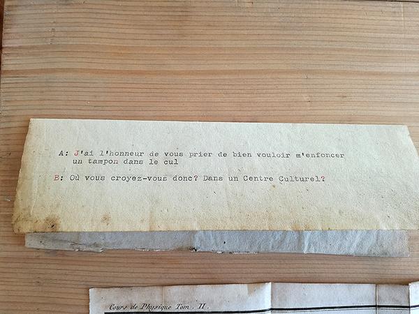 Conversation entre A et B. Machine à écrire sur vieux papier. Amollir Molloy, Galerie Flux, Liège. Septembre 2018. Photographie: Christian Tribolet
