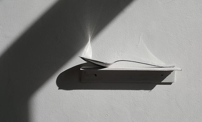 La tonne de soupe (Grande Distinction). Cuillère, socle. Amollir Molloy, Galerie Flux, Liège. Septembre 2018. Photographie: Lino Polegato