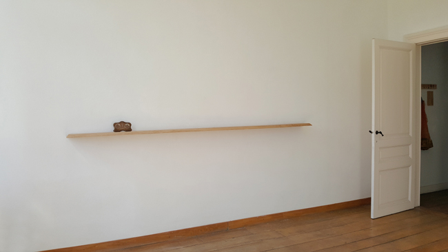 Sans titre. Bois de chêne, souvenir de Notre-Dame de Lourdes. Amollir Molloy, Galerie Flux, Liège. Septembre 2018. Photographie: Lino Polegato