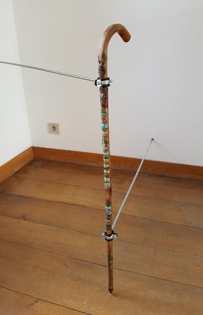 L'arrêt. Canne de randonneur. Amollir Molloy, Galerie Flux, Liège. Septembre 2018. Photographie: Lino Polegato