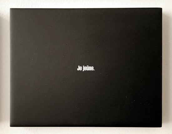 599 Blocs. Détail. Je jeûne. Aphorisme, impression et résine sur MDF. Galerie FLUX, Liège. Octobre 2009. Photographie: Lino Polegato